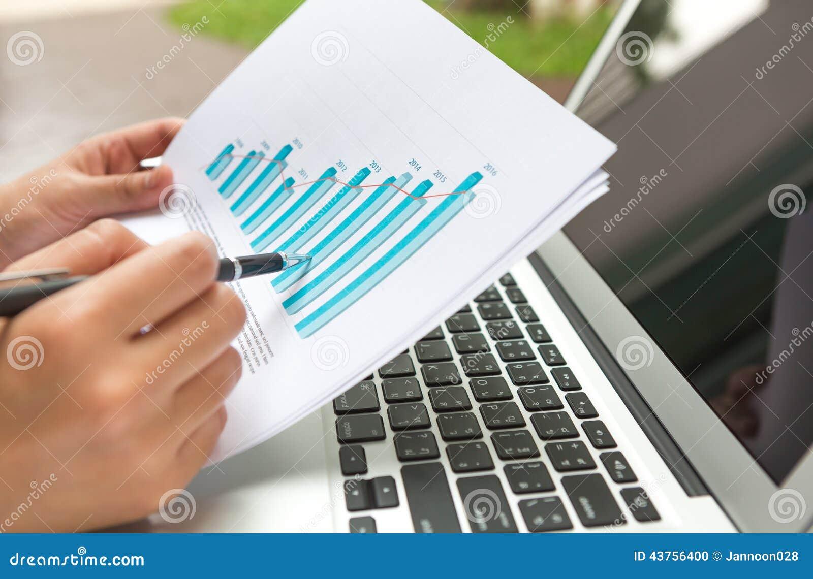 Bärbar dator för affärspersonbruk med det finansiella diagrammet