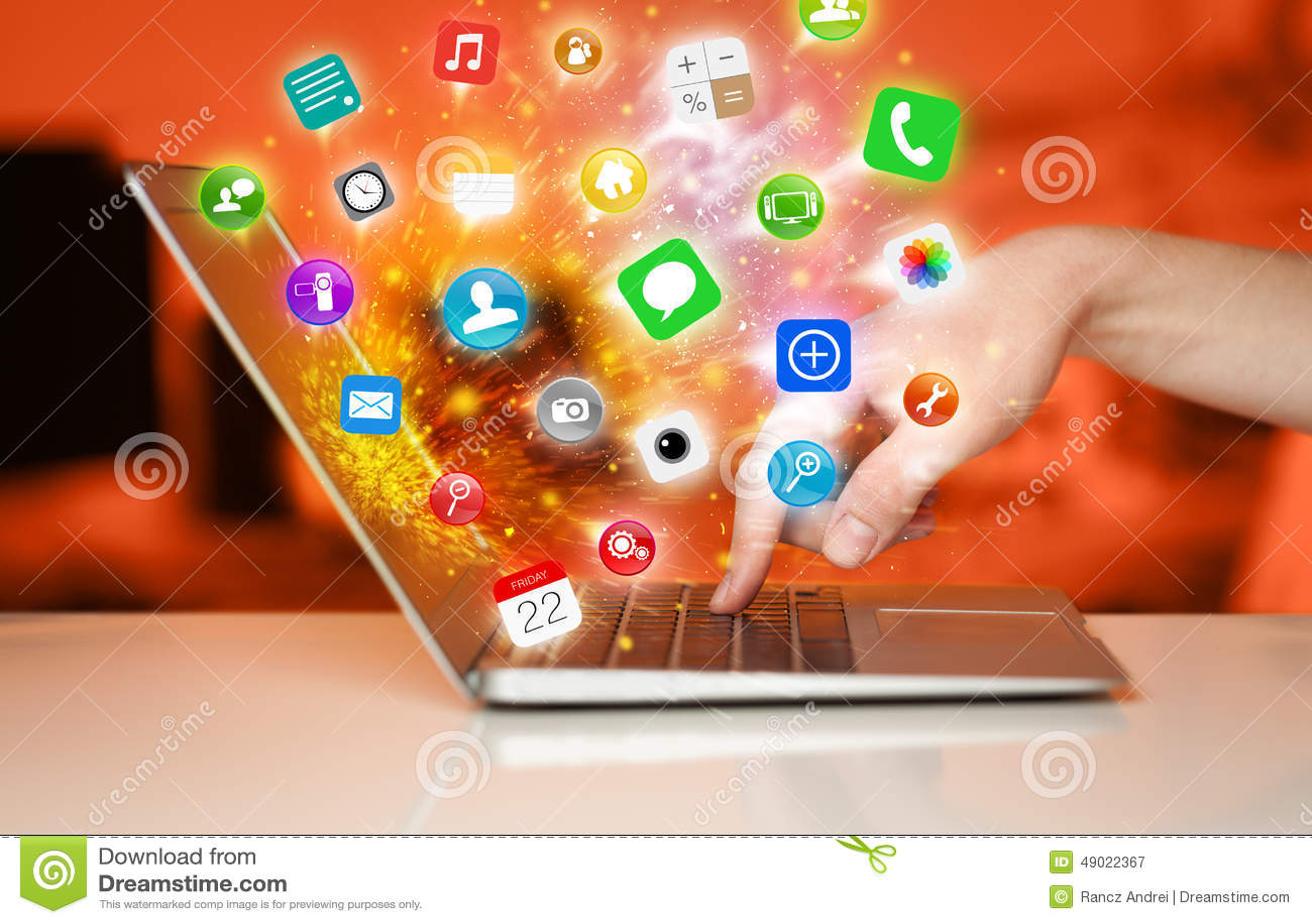 Bärbar dator för trycka på för hand modern med mobila app-symboler och symboler