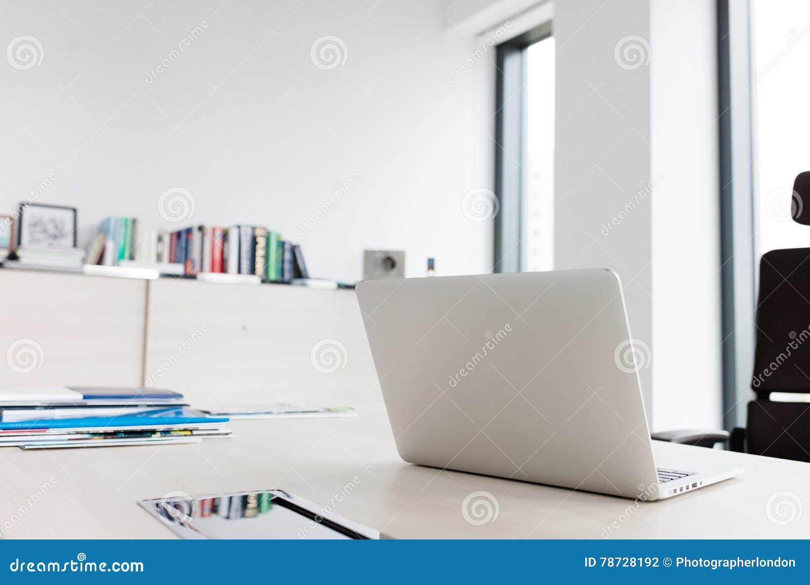 Bärbar dator på skrivbordet i regeringsställning