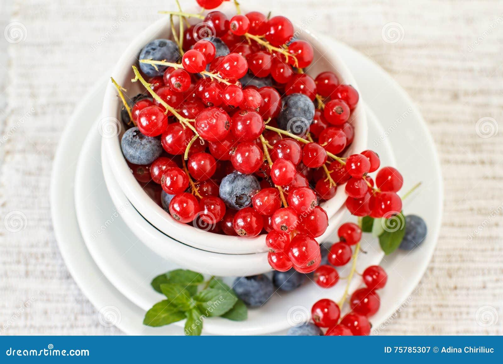 Bärfrukter på den vita bunken
