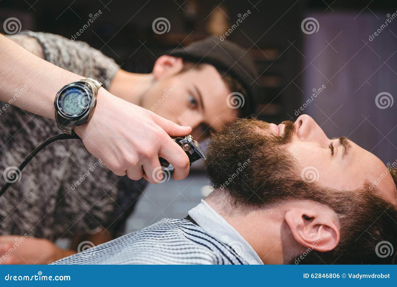 Bärtiger Mann, Der Seinen Bart Rasiert Vom Modernen Friseur Erhält ...