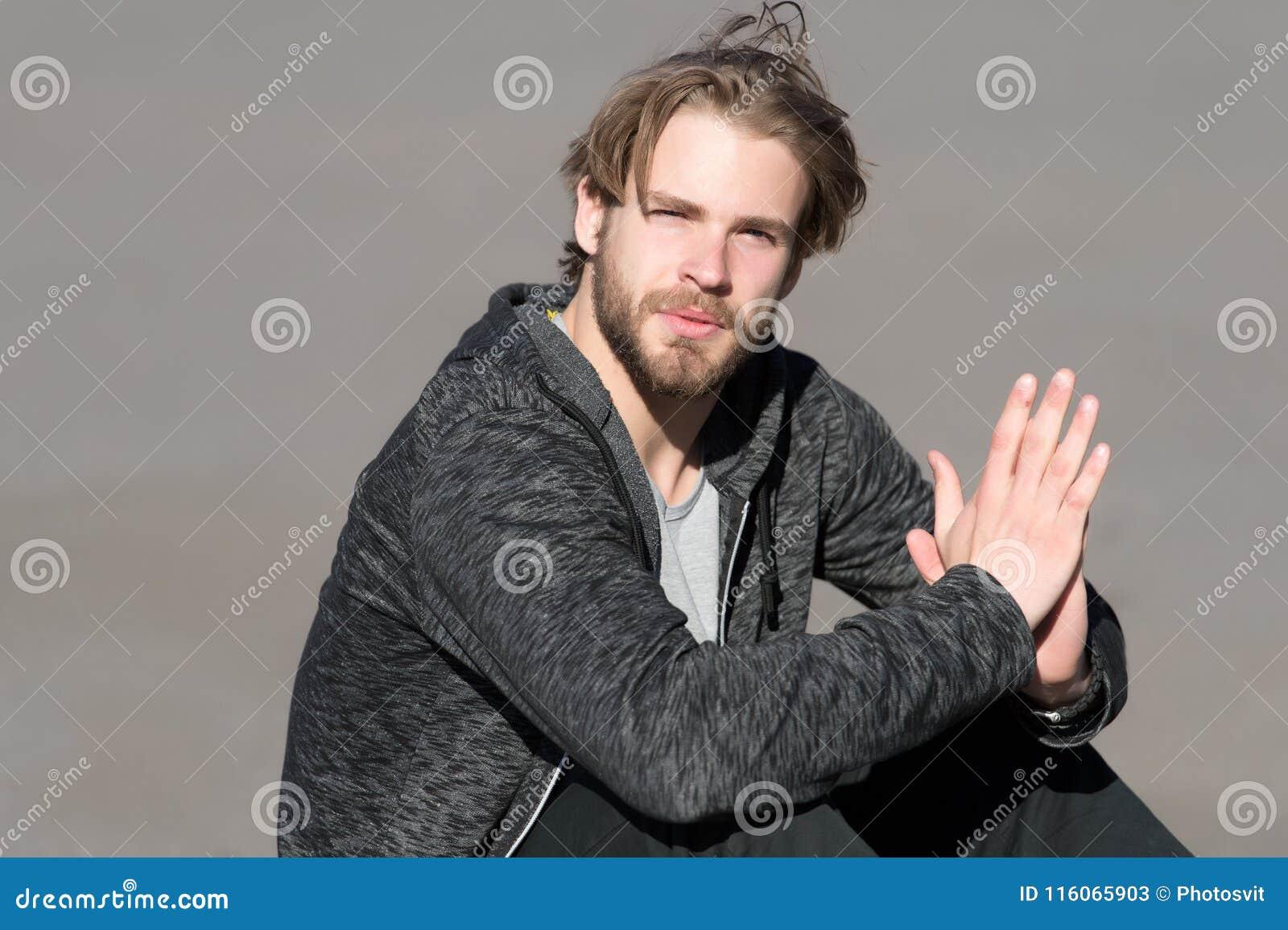 Bärtiger Mann mit dem langen blonden Haar im Freien Macho mit Bart in der zufälligen Sportkleidung am sonnigen Tag Modekerl mit s