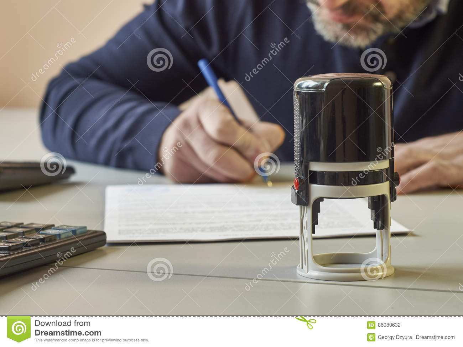 Bärtiger Mann unterzeichnet einen Vertrag