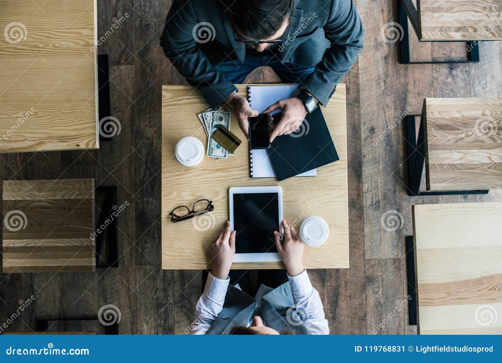 Bästa sikt av affärspartners som coworking