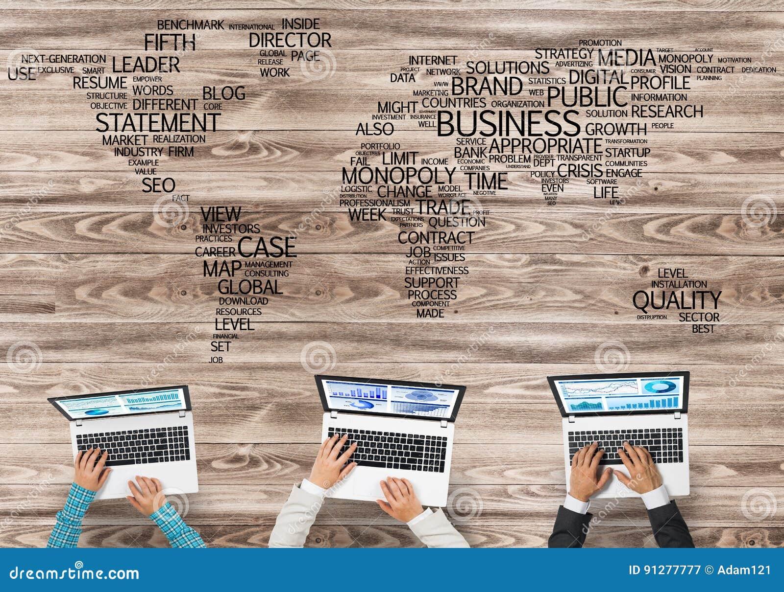Bästa sikt av businesspeople som sitter på tabellen och använder grejer