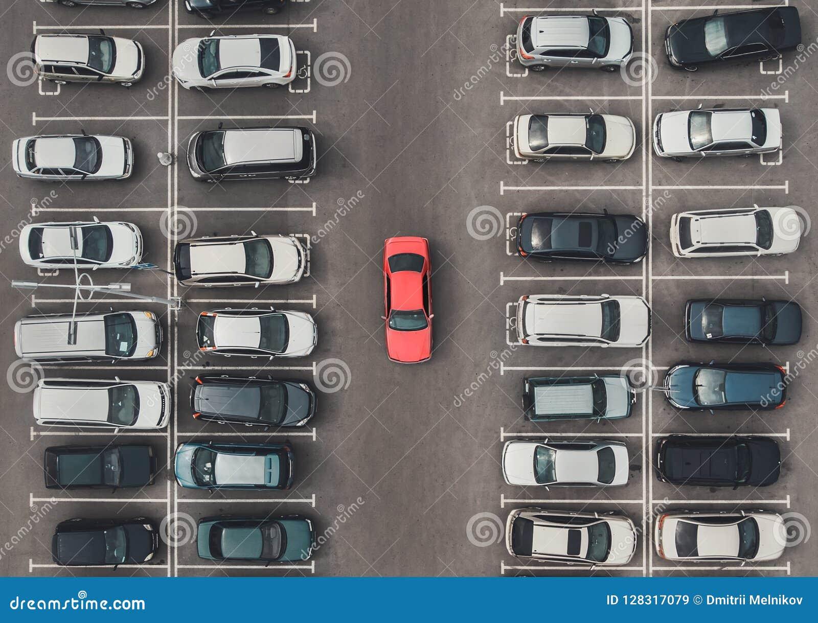 Bästa sikt av den fullsatta parkeringsplatsen med quadcopter eller surret Original- ljus bil bland grå färgerna av medelmåttiga b