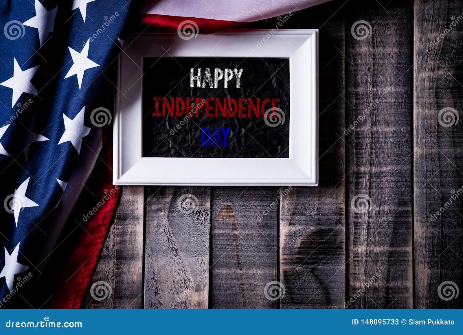 Bästa sikt av den vita bildramen med flaggan av Amerikas förenta stater på träbakgrund Självständighetsdagen USA, minnesmärke