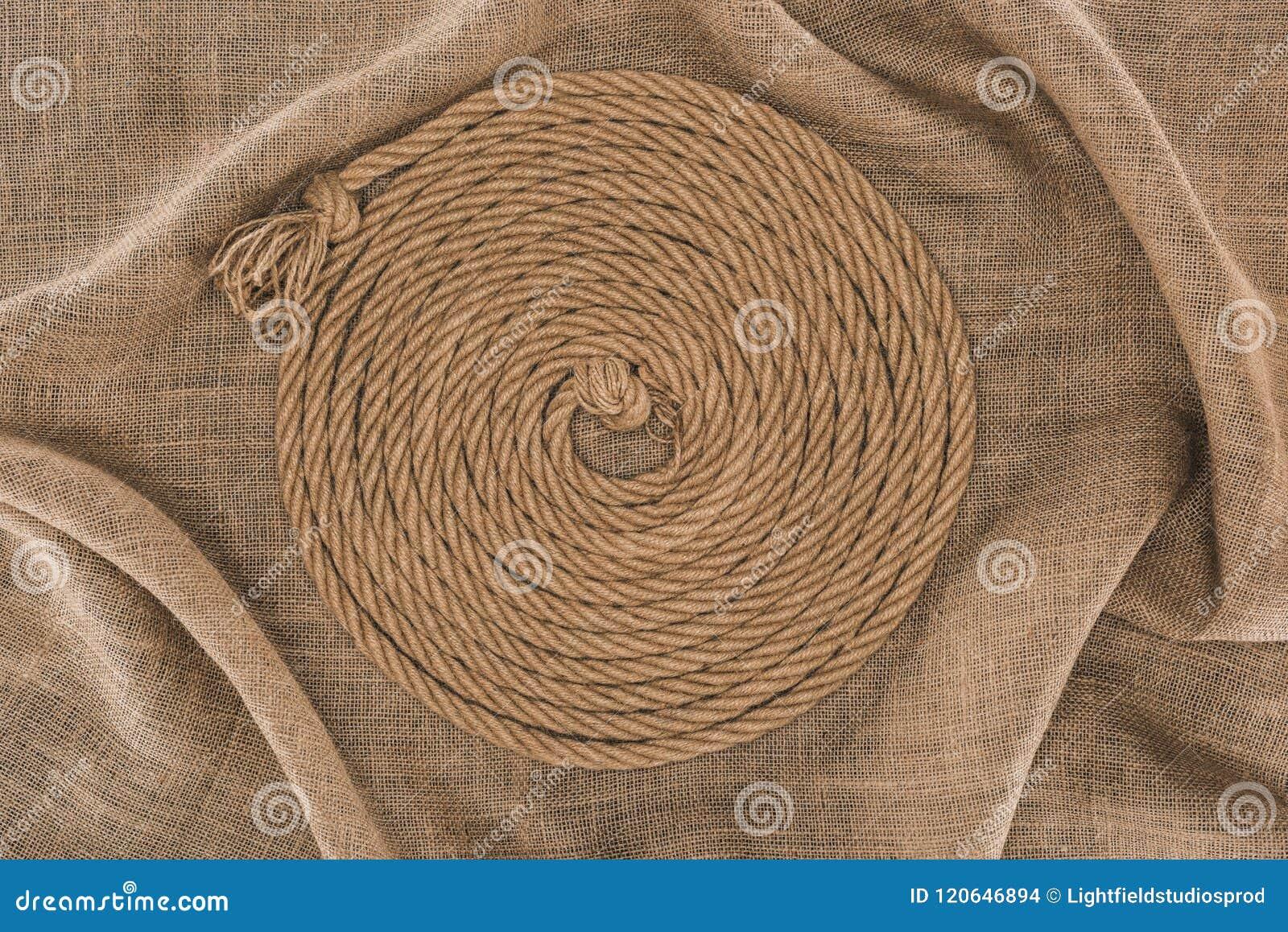 Bästa sikt av det bruna nautiska repet som är ordnat i cirkel