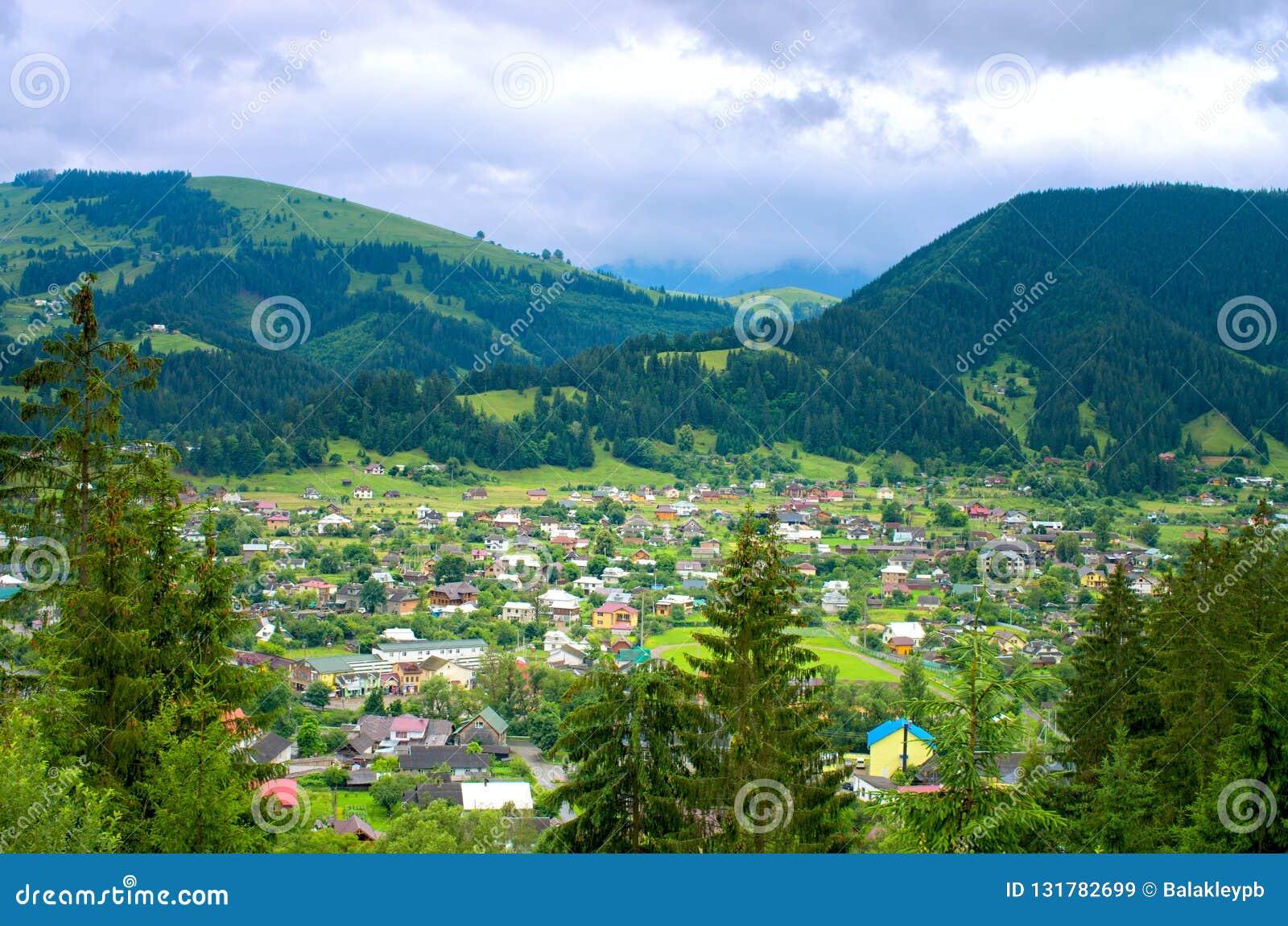 Bästa sikt av en by i bergen carpathians