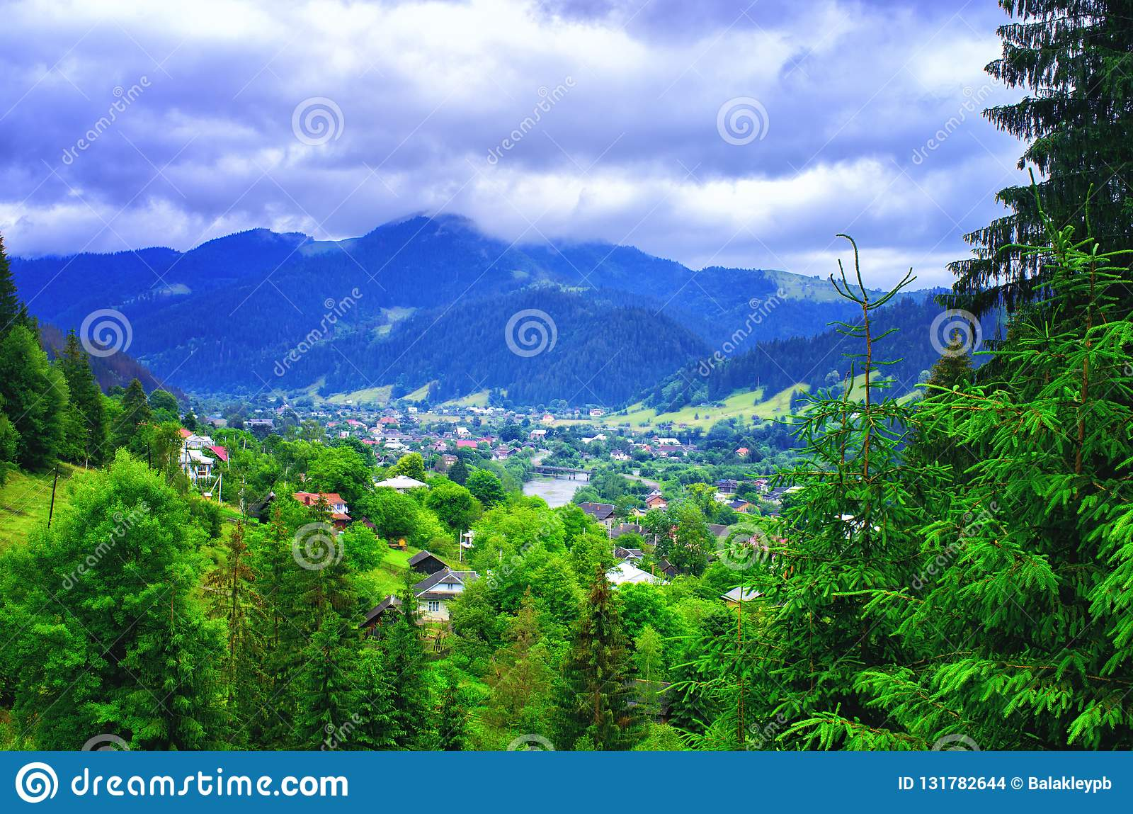 Bästa sikt av en by i bergen Carpathians Ukraina