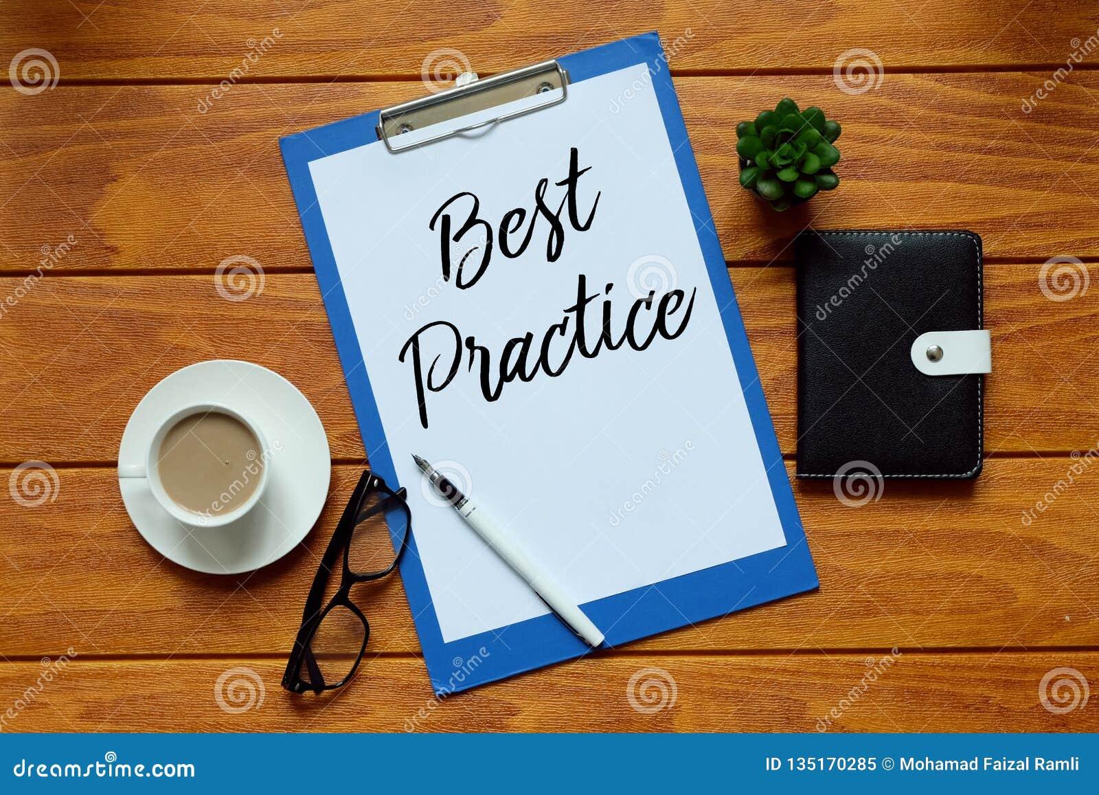 Bästa sikt av en kopp kaffe, en penna, en solglasögon, en anteckningsbok, en växt och ett papper som är skriftliga med bästa övni