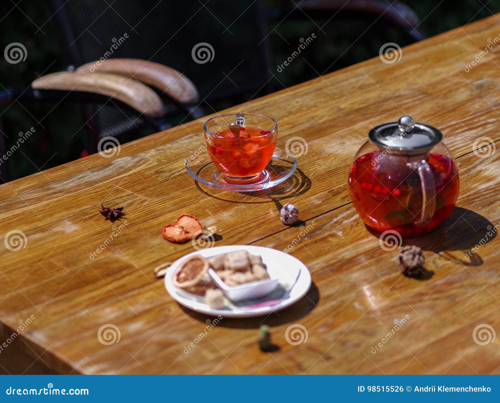 Bästa sikt av ett sommarfruktte med nya jordgubbar och den naturliga vinbäret på en träbakgrund healthful frukost
