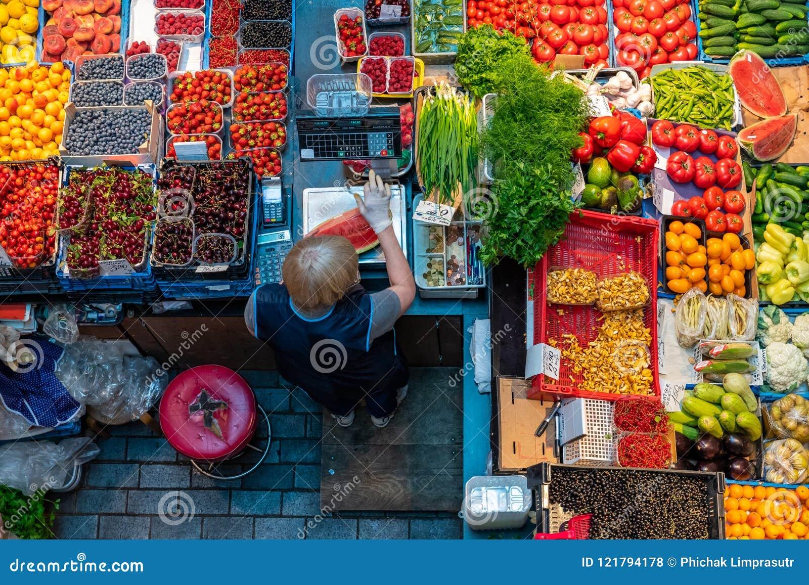 Bästa sikt av frukt- och grönsakkiosket i marknaden