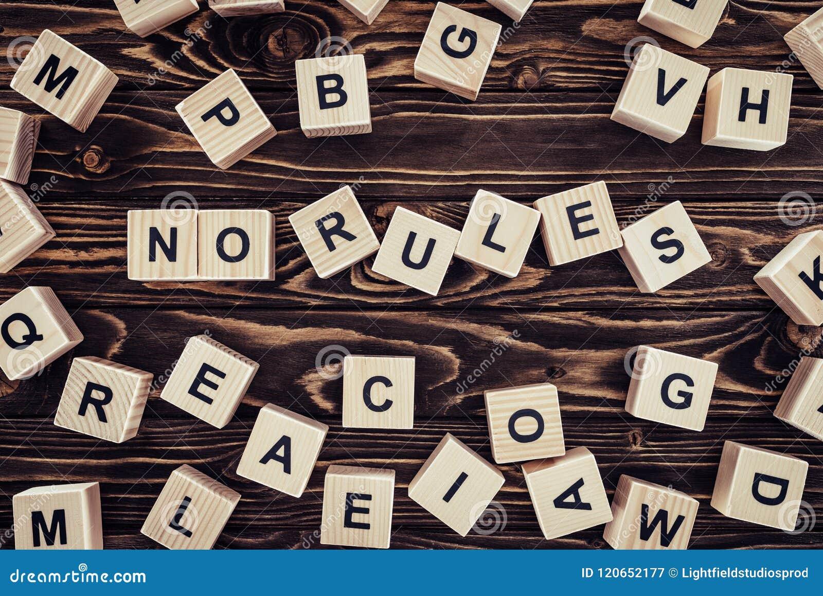 Bästa sikt av inget märka för regler som göras av träkuber på brunt