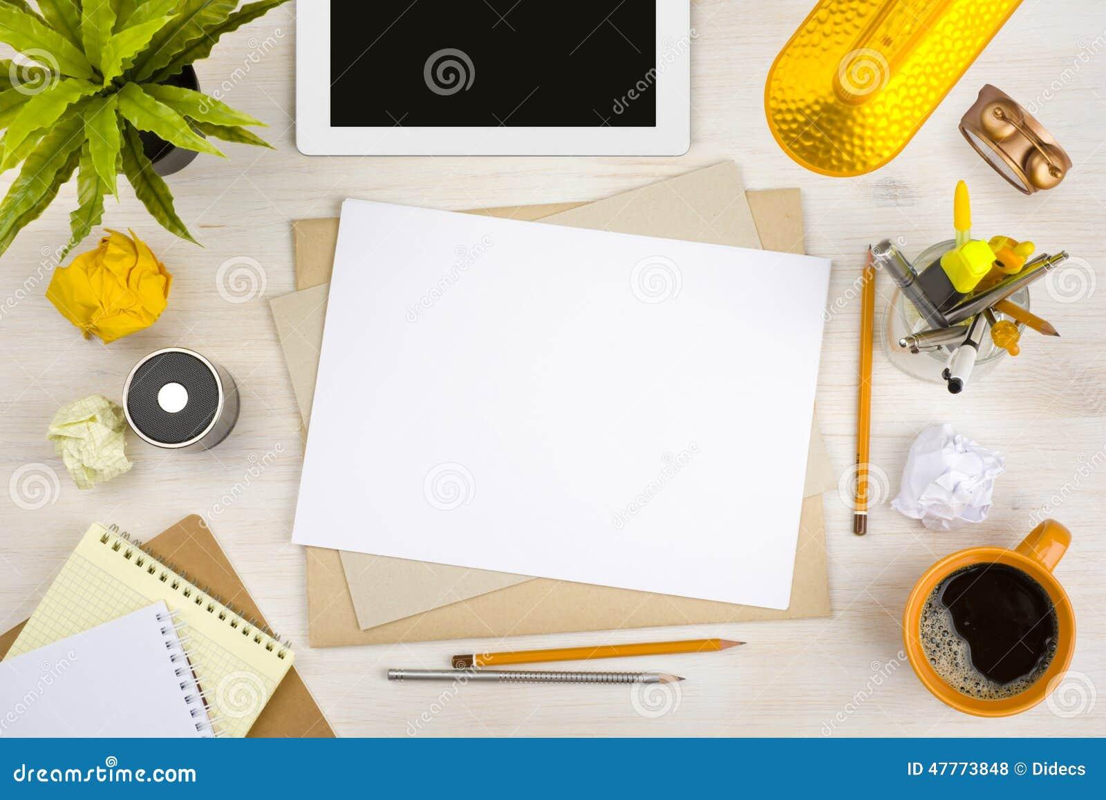 Bästa sikt av kontorsskrivbordet med den pappers-, brevpapper- och minnestavladatoren