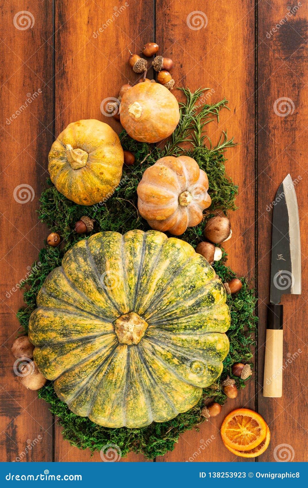 Bästa sikt av säsongsbetonade ingredienser för pumpa-, butternut- och champinjonsoppa som är klar att snida med en japansk kniv
