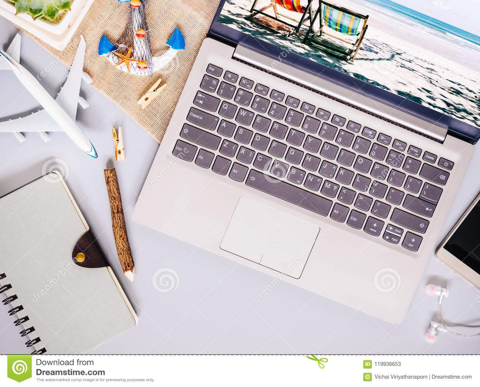 Bästa sikt av strandloppbegreppet med bärbar datordatoren, anteckningsbok,