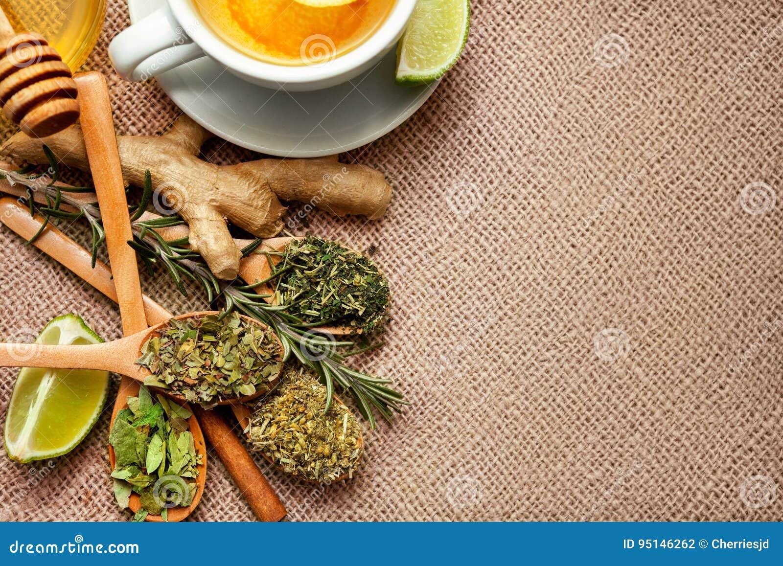 Bästa sikt av teörter, den rå ingefäran och limefrukt