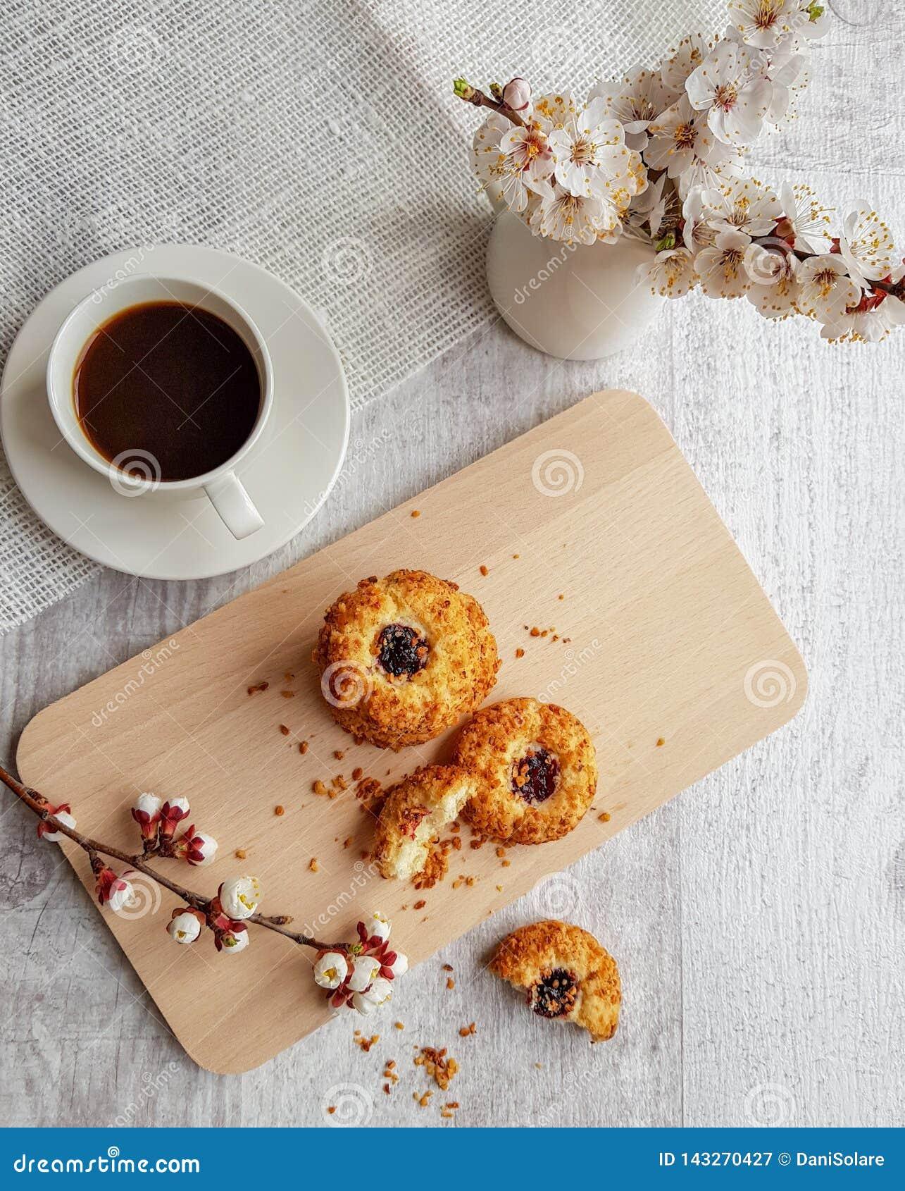 Bästa sikt till en kopp av svart kaffe och kakor