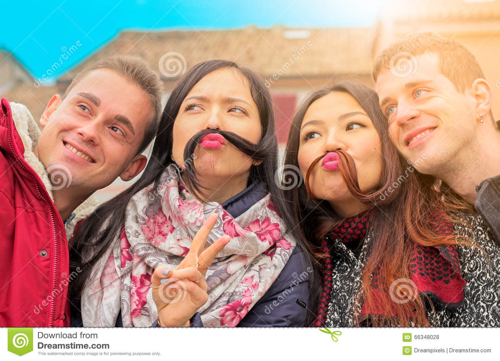 Bästa vän får roligt posera för selfie