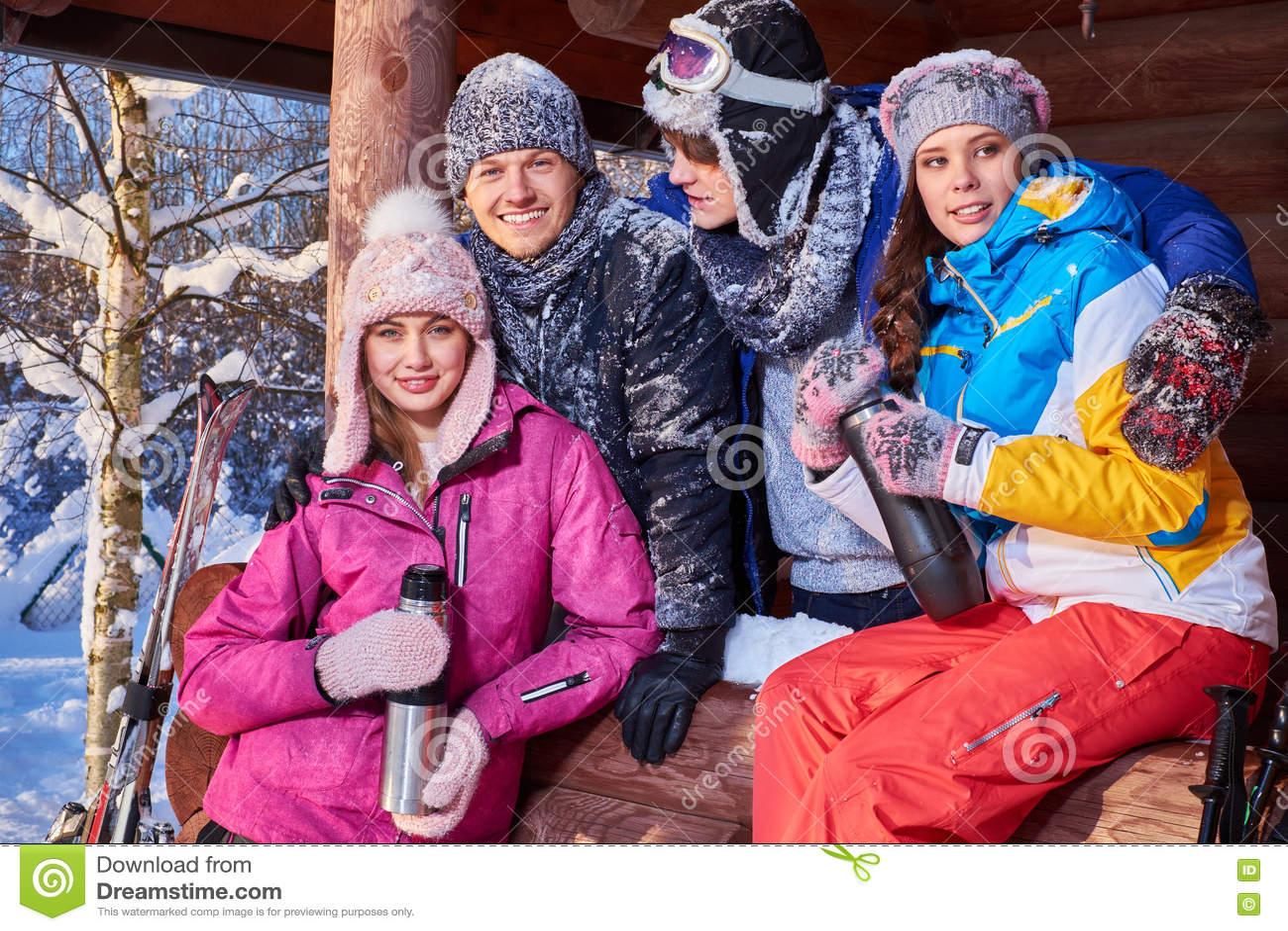 Bästa vän som spenderar vinterferier på bergstugan