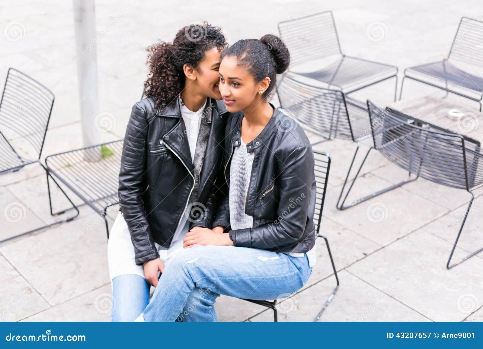 Download Bästa Vän Som Talar Och Har Gyckel Parkerar In Fotografering för Bildbyråer - Bild av lycka, afrikansk: 43207657