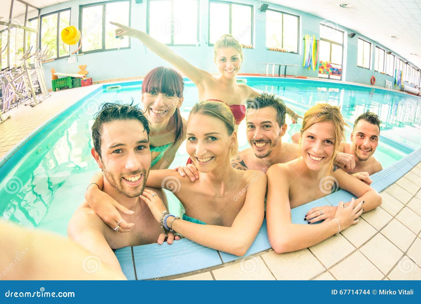 Bästa vän som tar selfie i simbassängen - lyckligt kamratskap