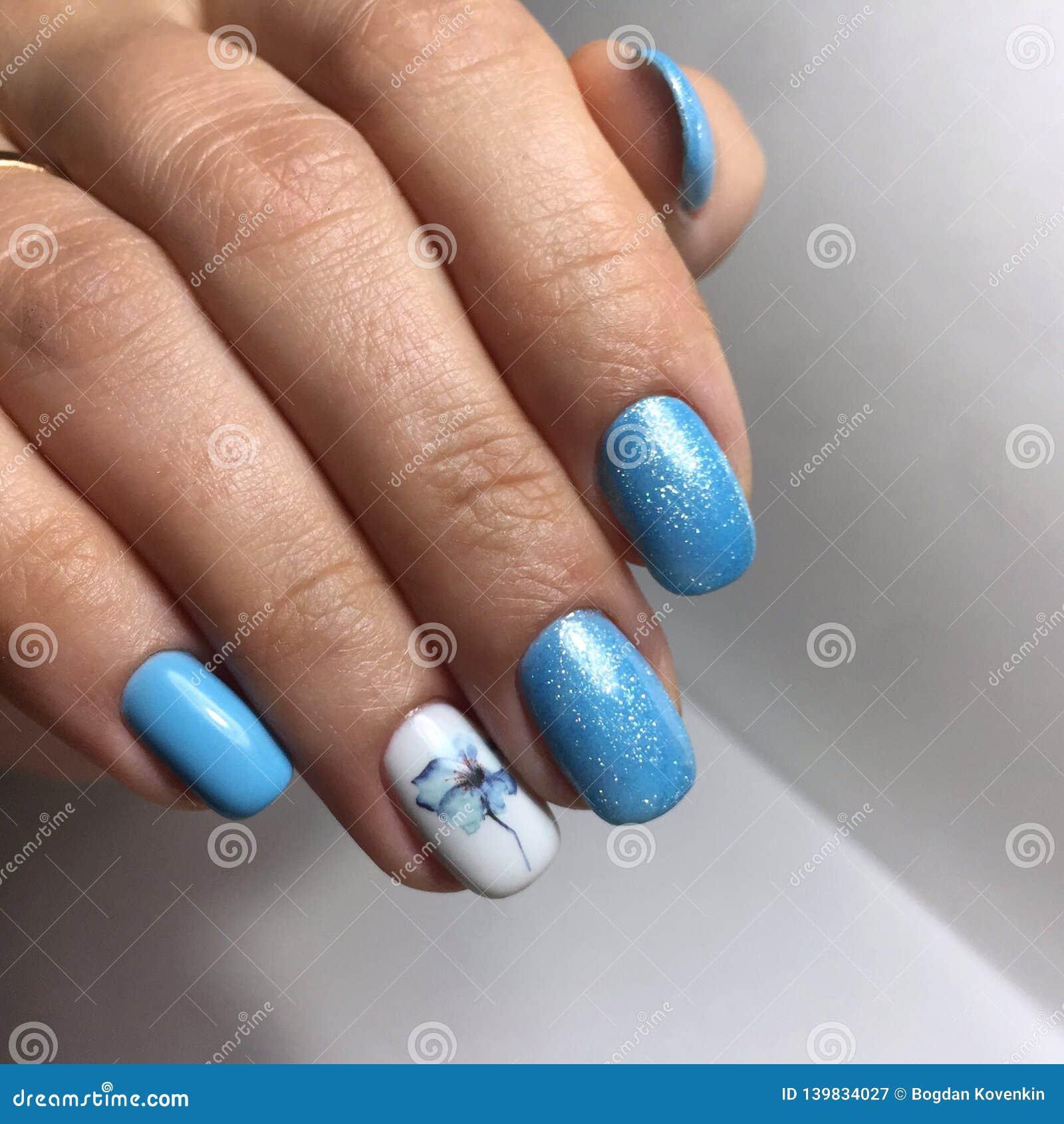 Błękitny manicure na gwoździach Żeński manicure na ręce