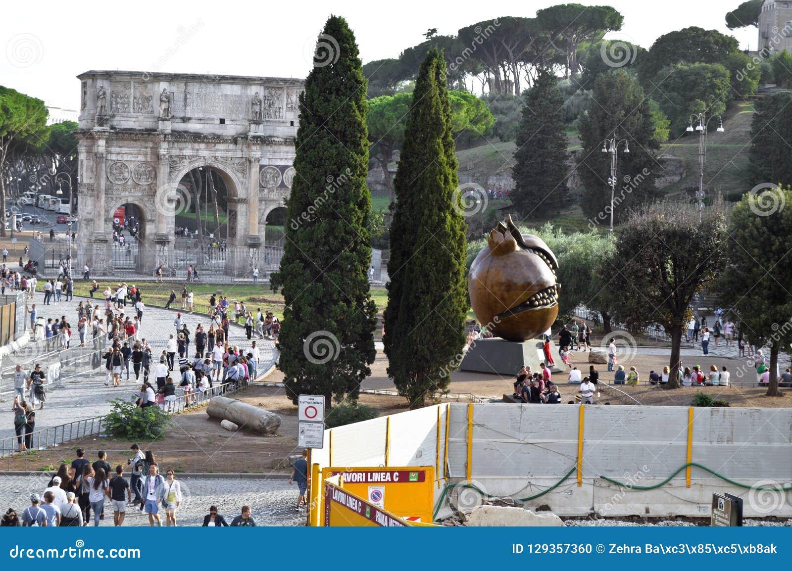 Båge av Constantine nära Colosseumen i Rome, Italien