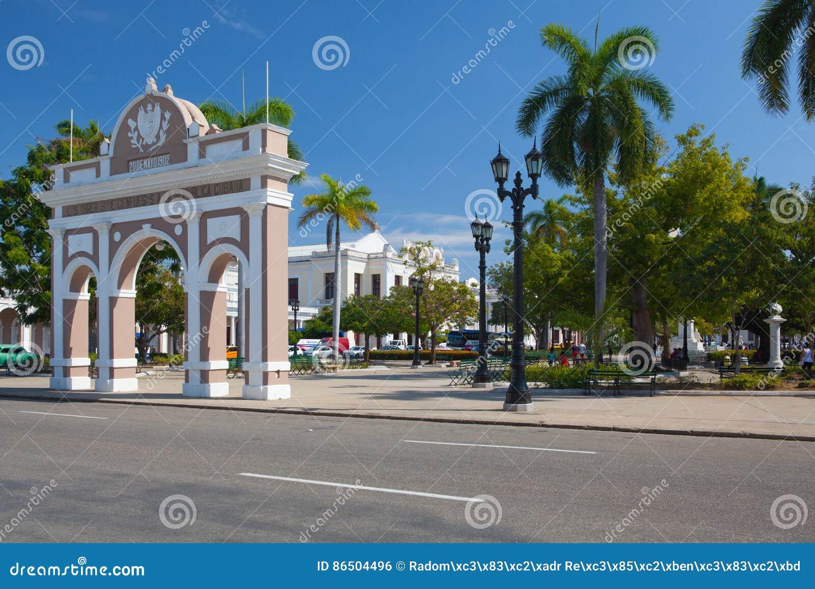 Bågen av Triumph i Jose Marti Park, Cienfuegos, Kuba