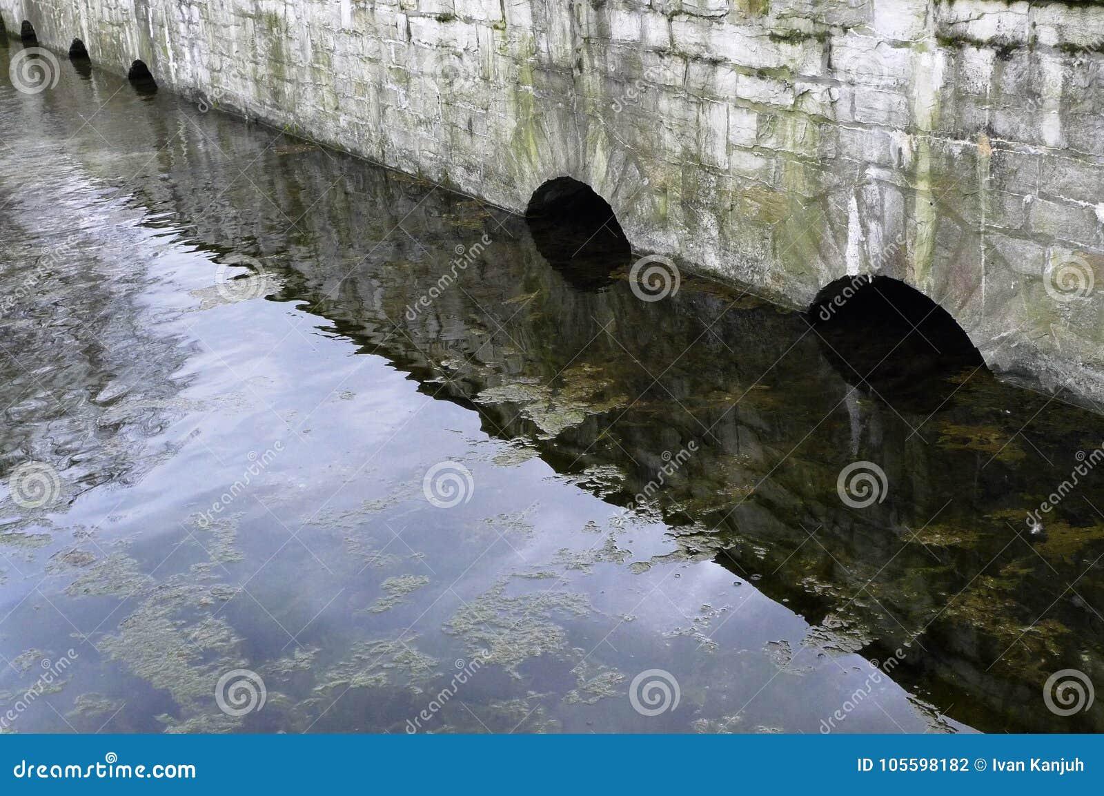 Bågestenbron i vattnet