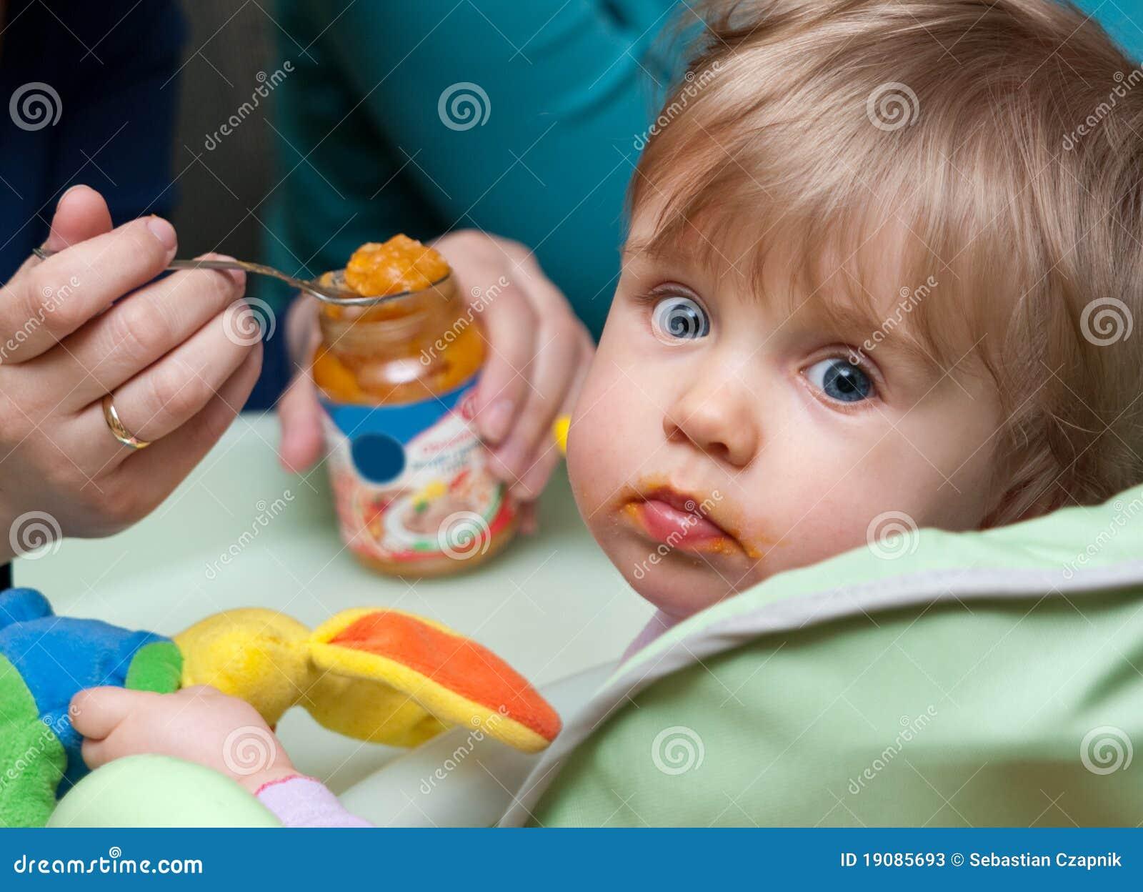 Bébé alimentant de personne