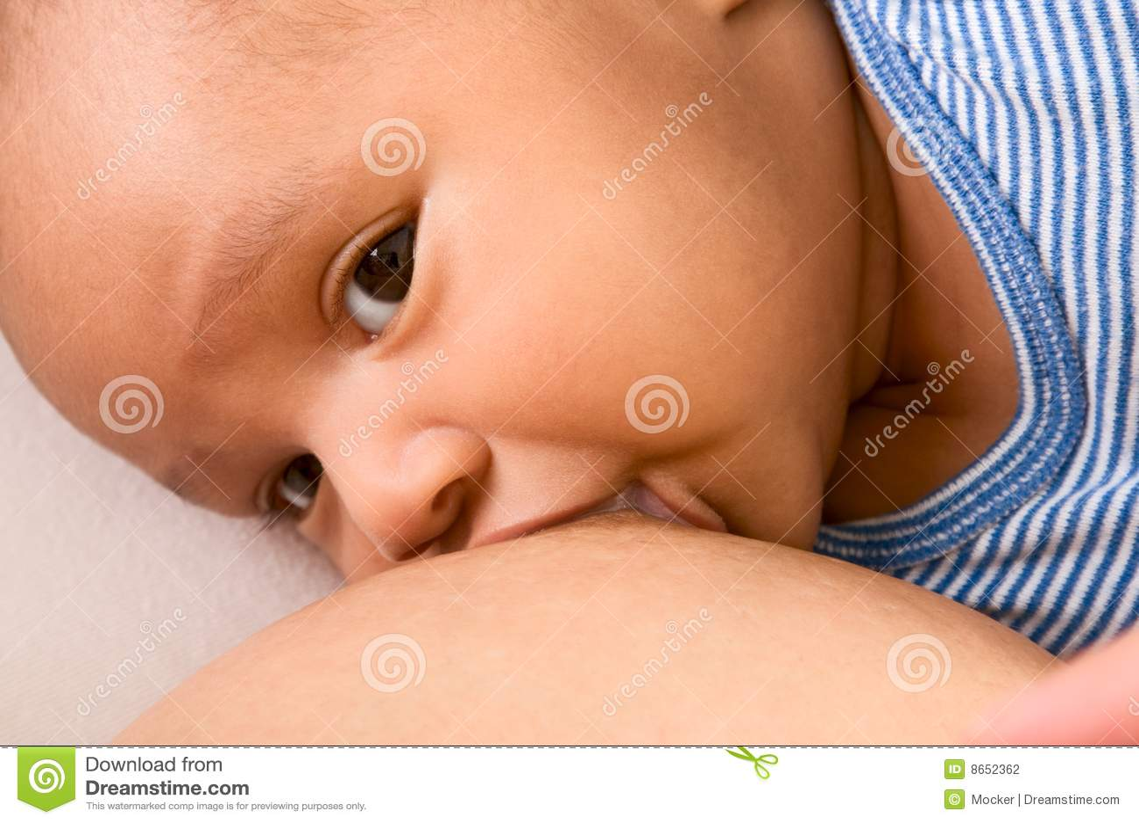 Bébé allaitant au sein appréciant le militaire de carrière ethnique