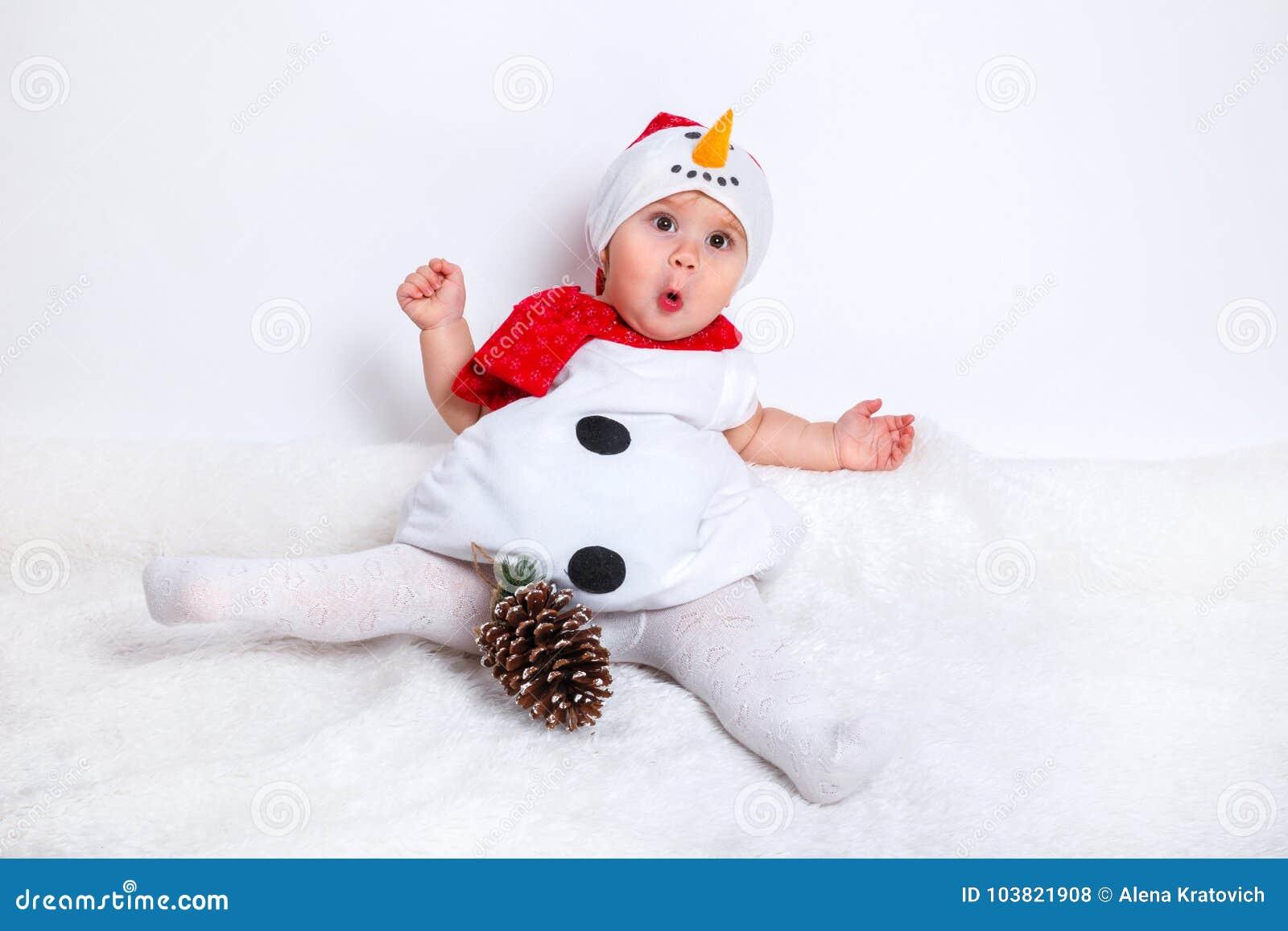 67676d0275609 Bébé attirant stupéfait dans le costume de Noël reposant et ayant  l amusement bébé heureux dans le costume de bonhomme de neige