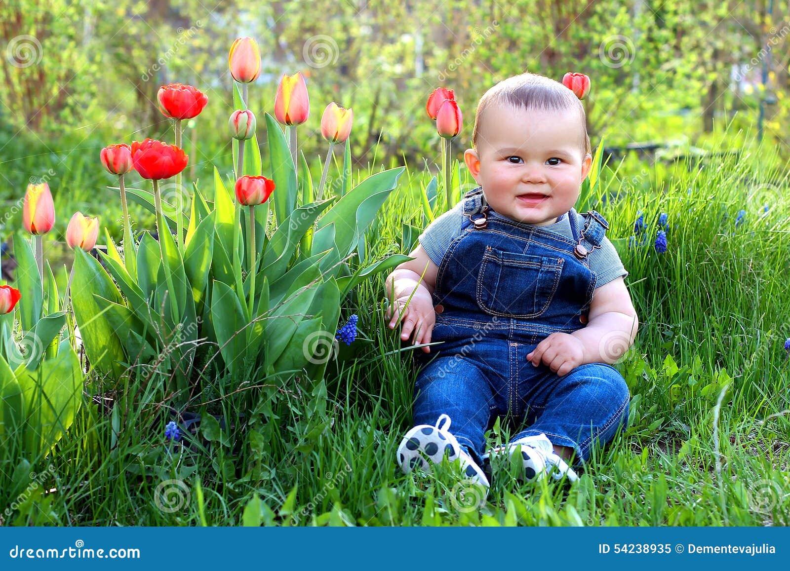 B b au jardin avec des fleurs photo stock image 54238935 for Au jardin des fleurs