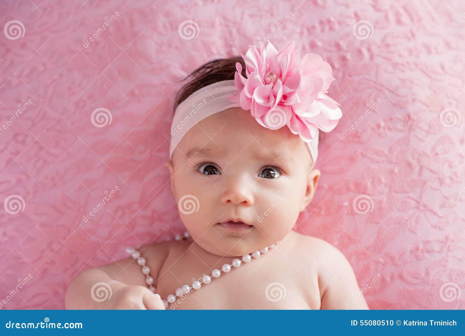 Bebe Avec Bandeau Un Grand Rose De Fleur Et Des Perles Photo Stock