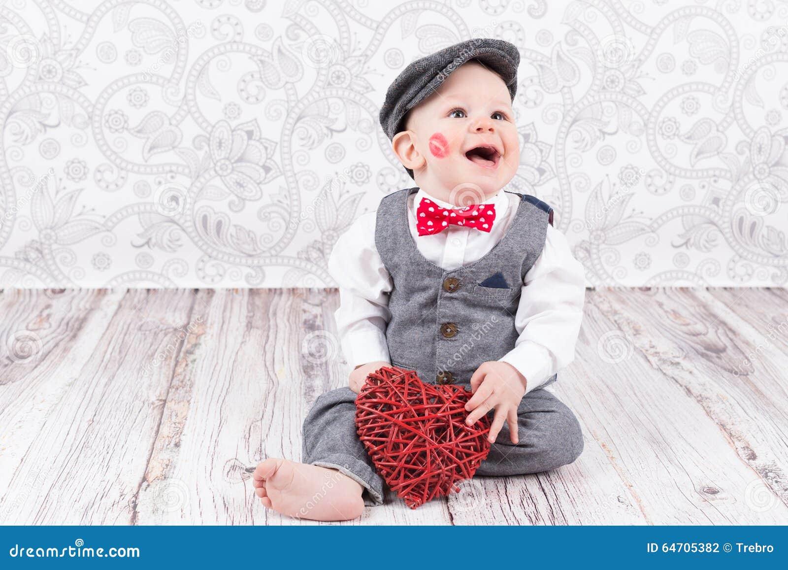 Bébé avec le baiser et le coeur rouges
