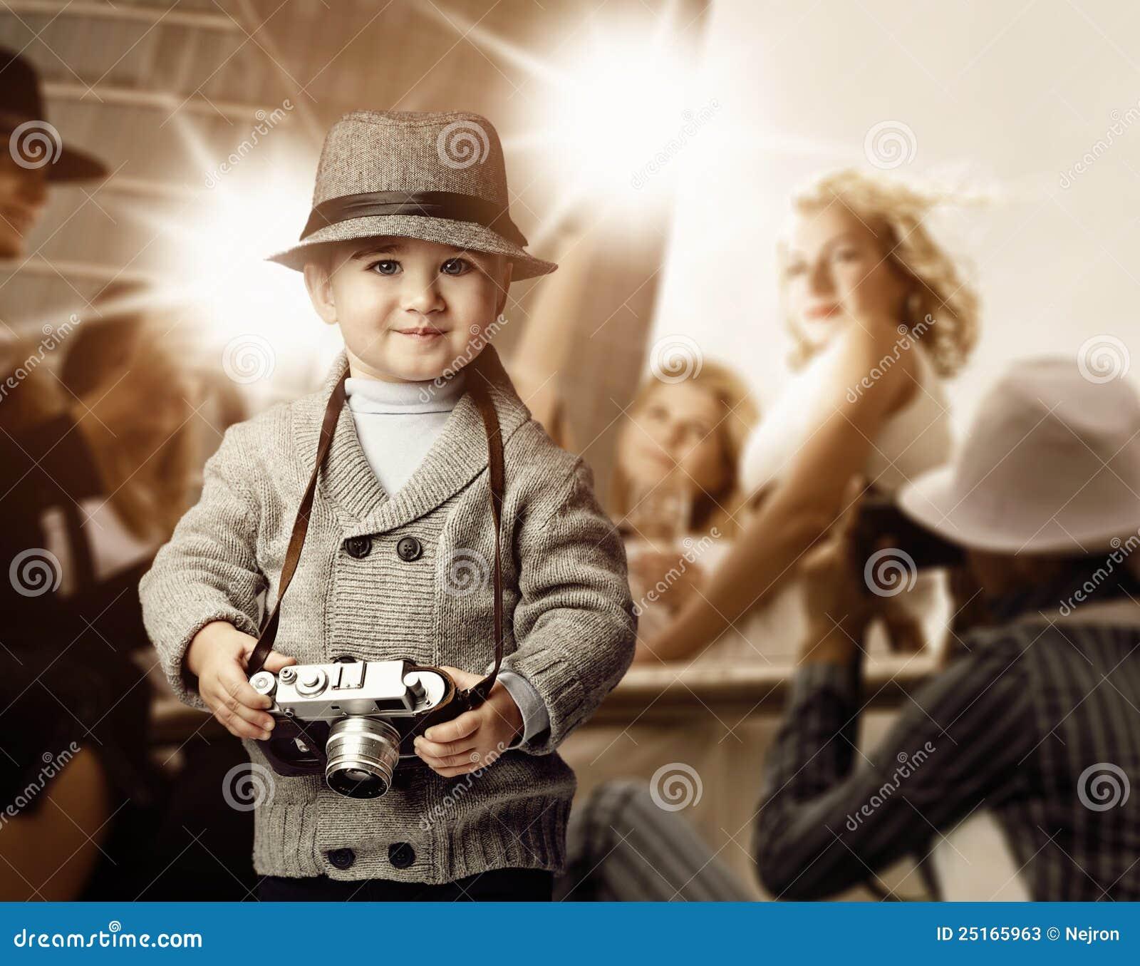 Bébé avec le rétro appareil-photo