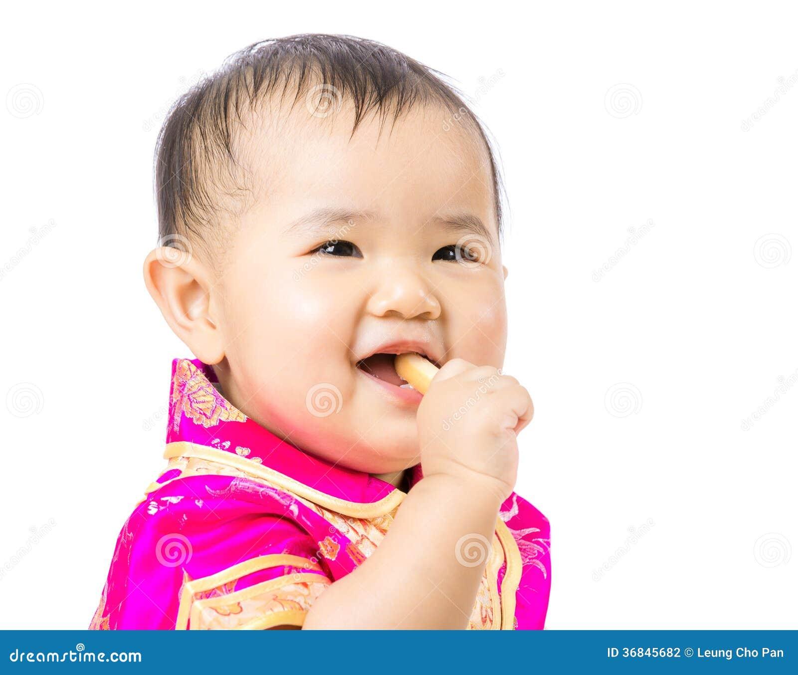 Bébé chinois mangeant le biscuit