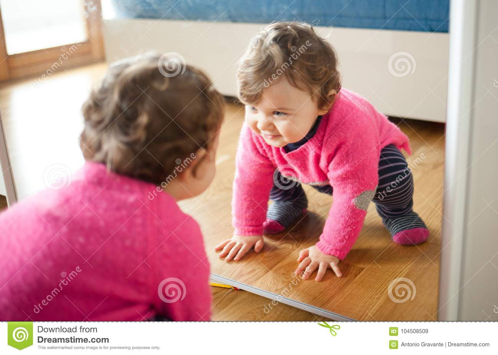 Bébé D\'enfant En Bas âge Jouant Avec Le Miroir Dans La Chambre à ...