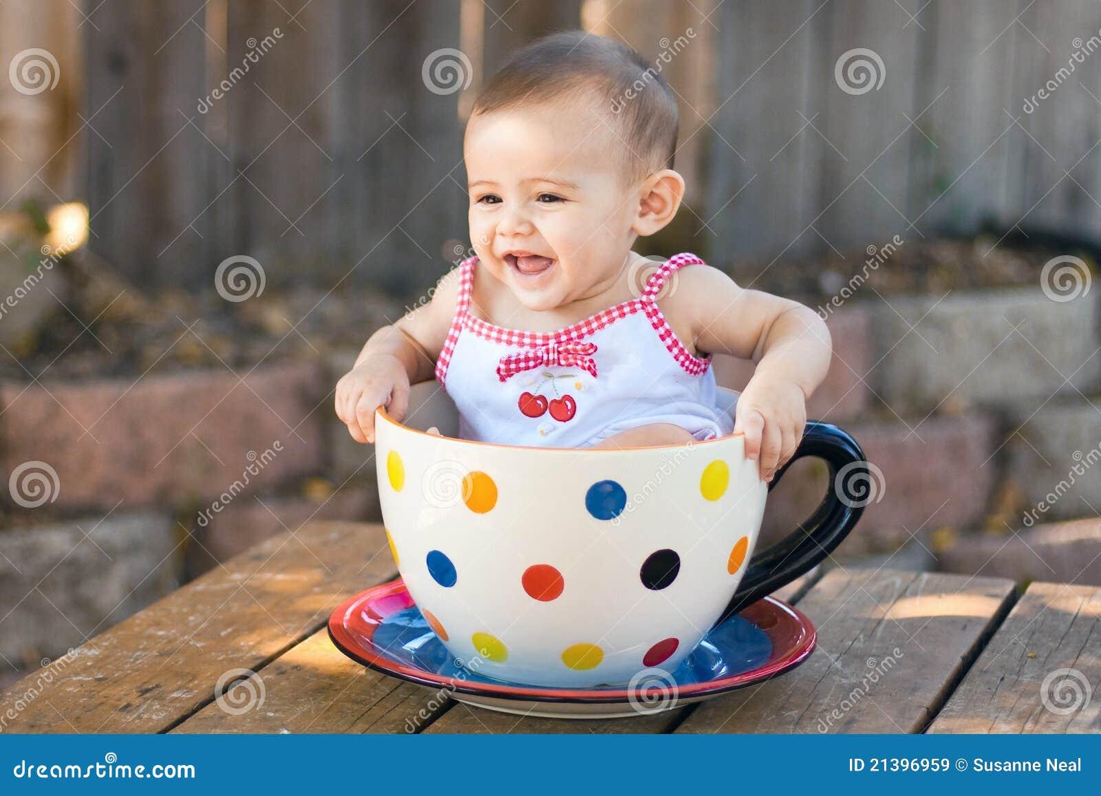 b b dans la tasse de th g ante image stock image du caf fille 21396959. Black Bedroom Furniture Sets. Home Design Ideas