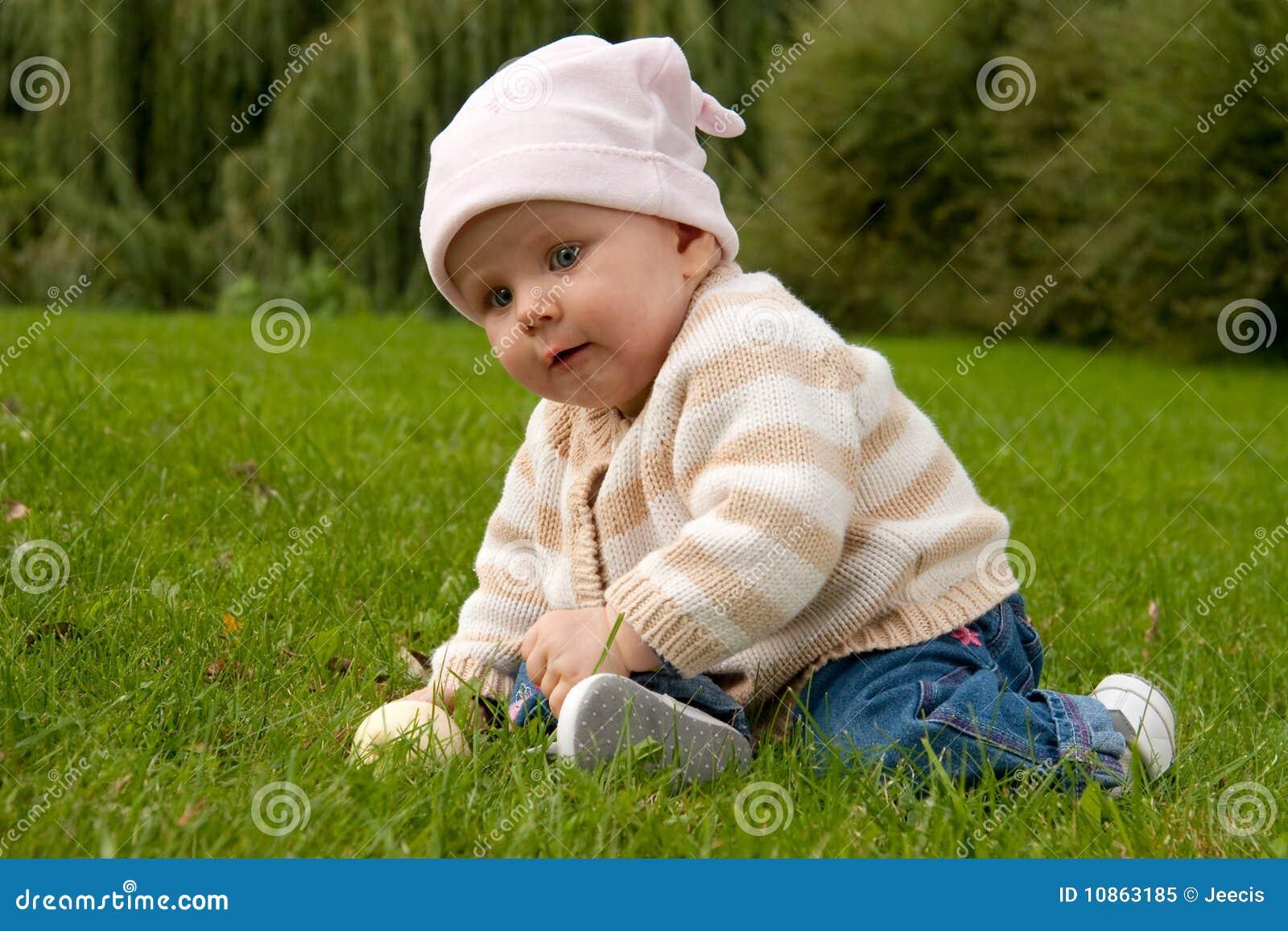 Bébé dans le pré
