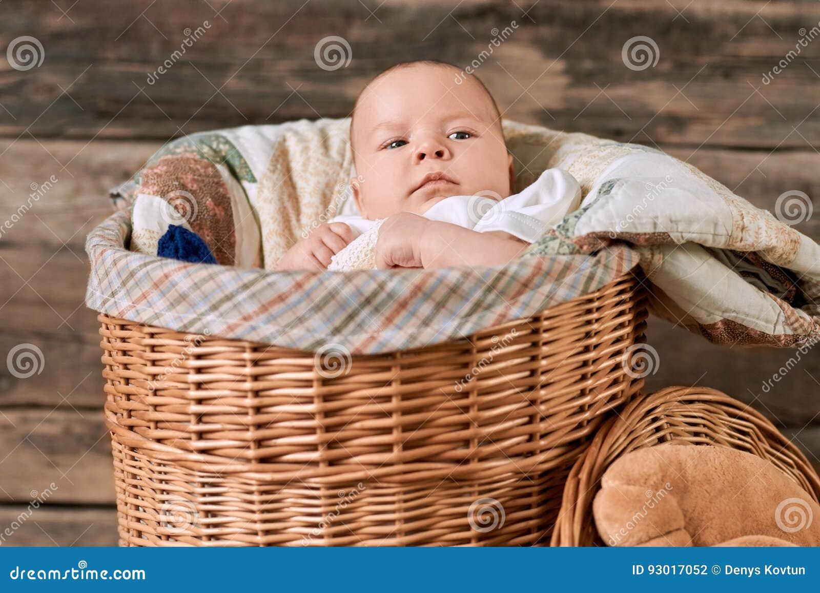 Bébé dans un panier de saule