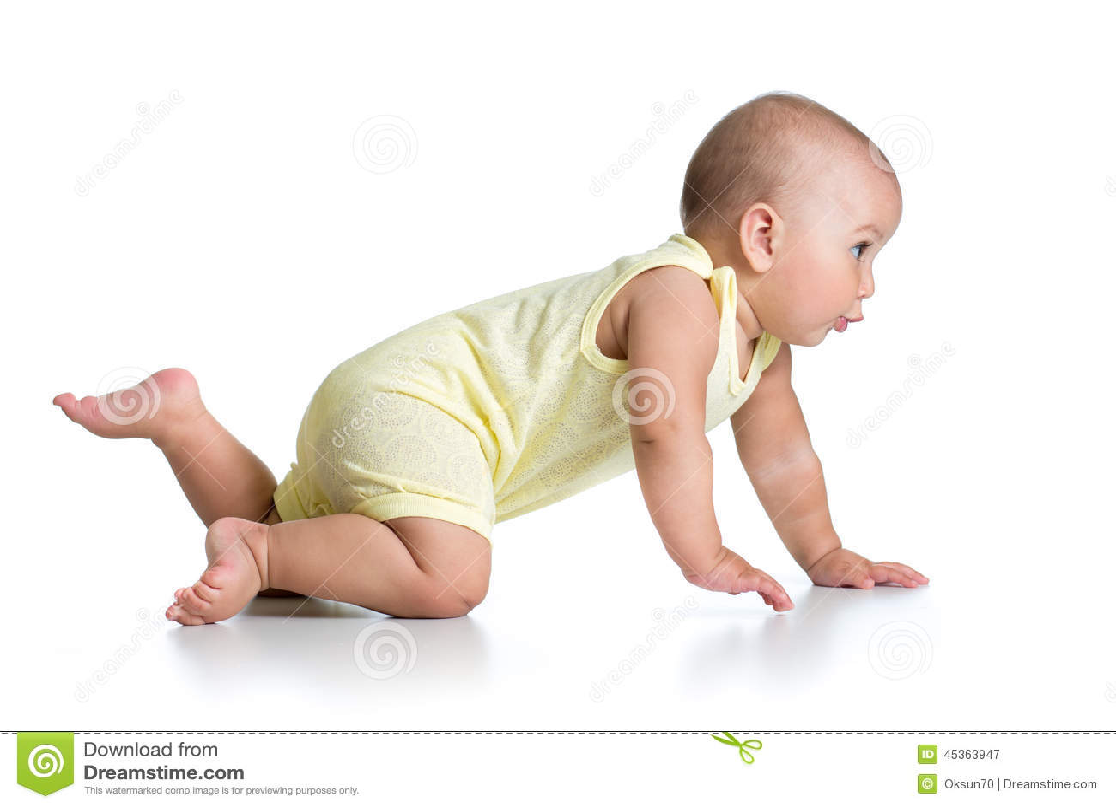 Bébé de rampement drôle d isolement sur le blanc