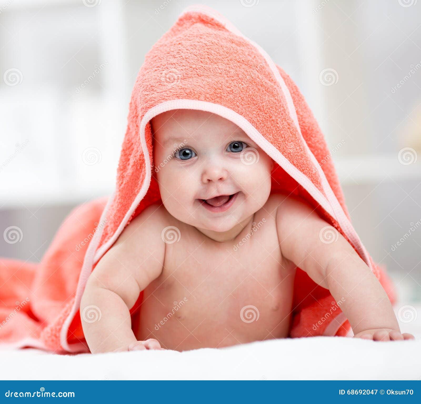 b b de sourire apr s douche ou bain avec la serviette sur. Black Bedroom Furniture Sets. Home Design Ideas