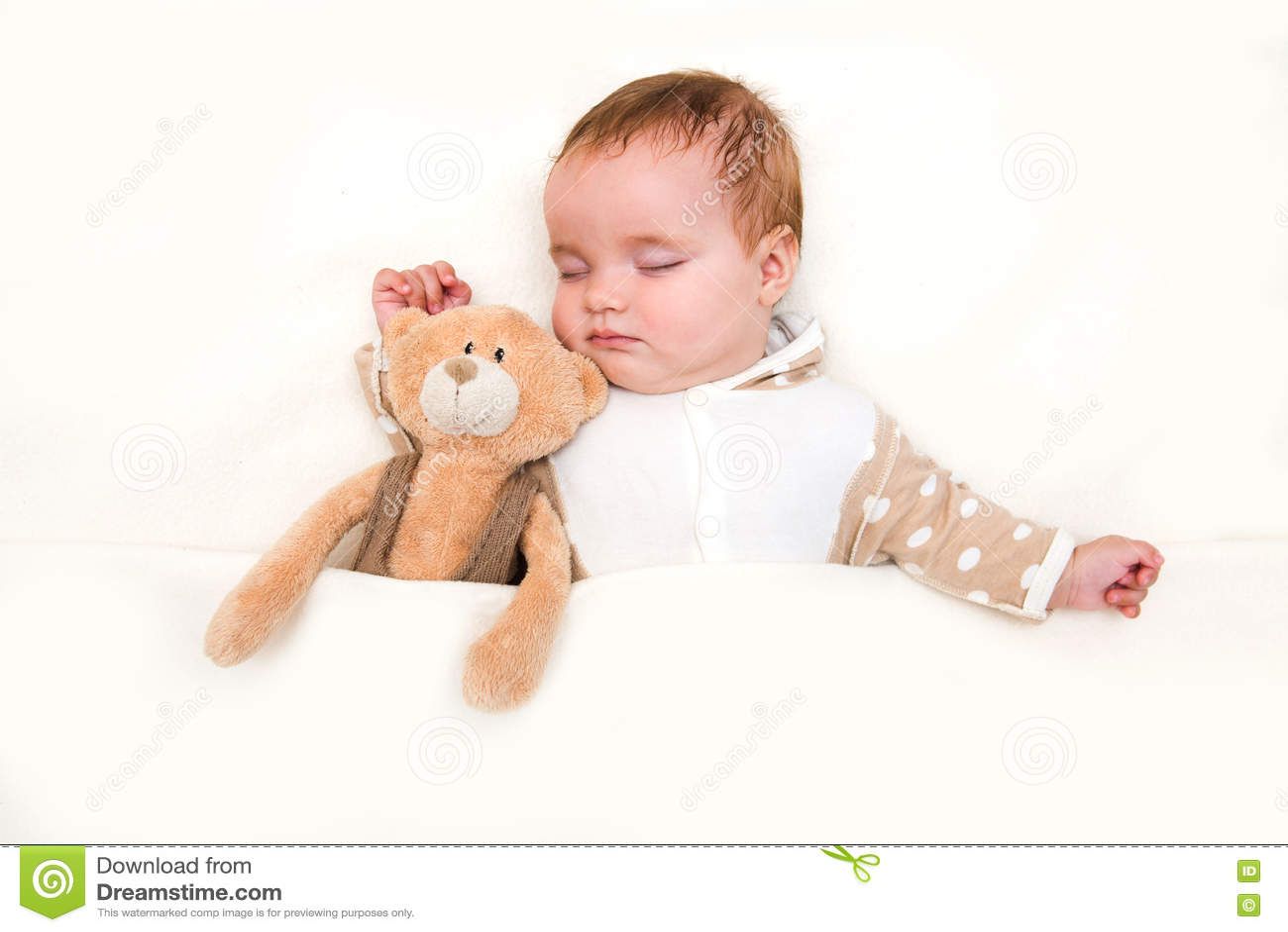 Bébé dormant avec son ours de nounours