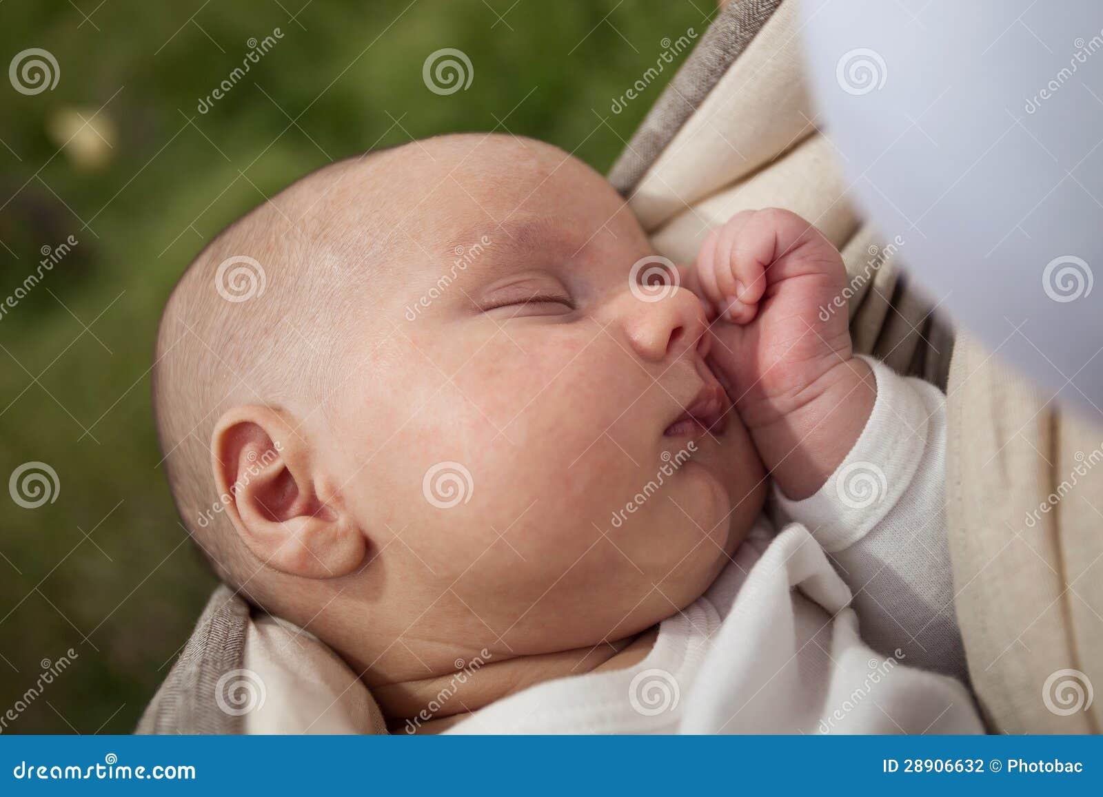 Bébé dormant dans l élingue à l extérieur