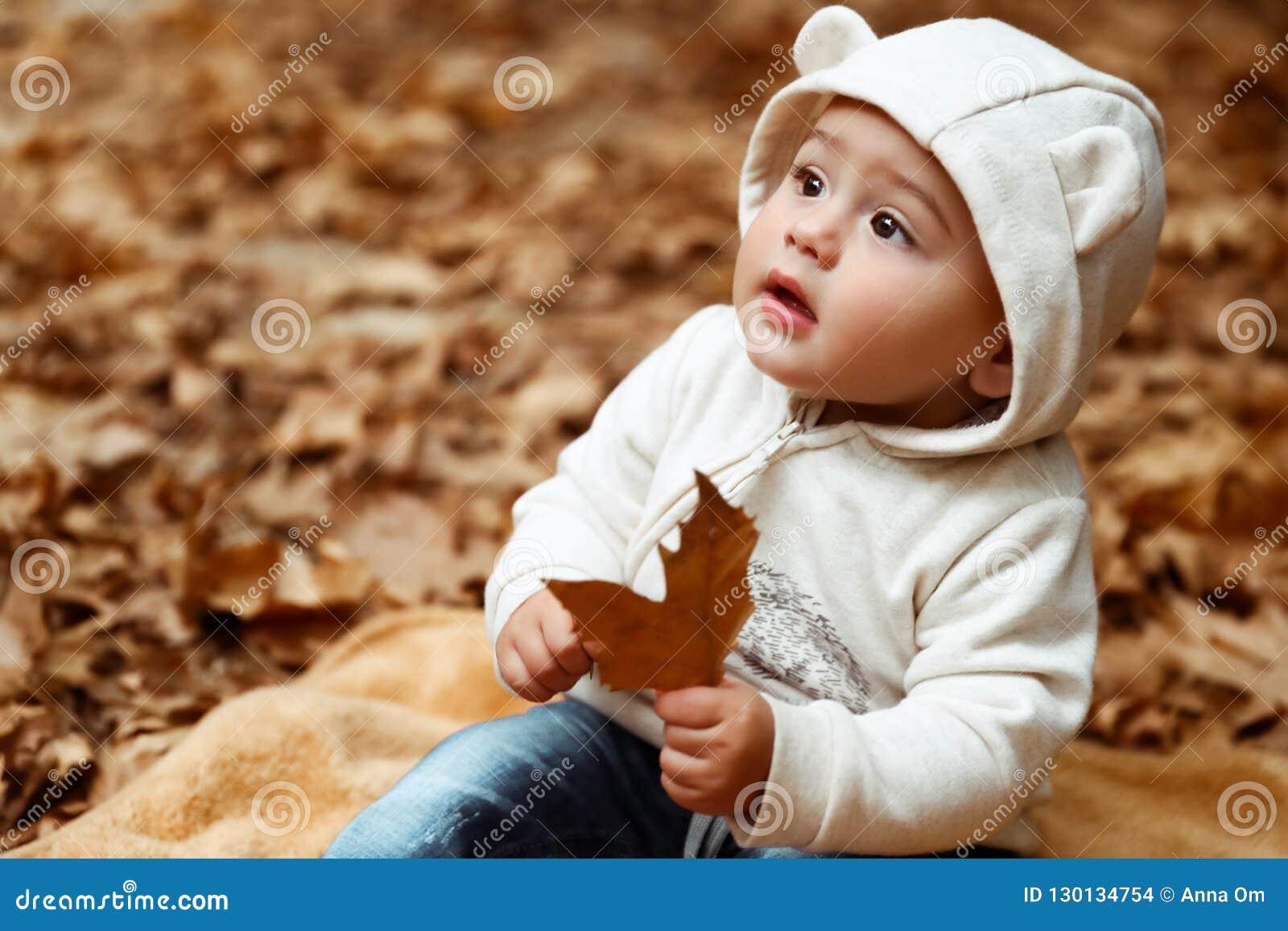 Bébé doux dans la forêt d automne
