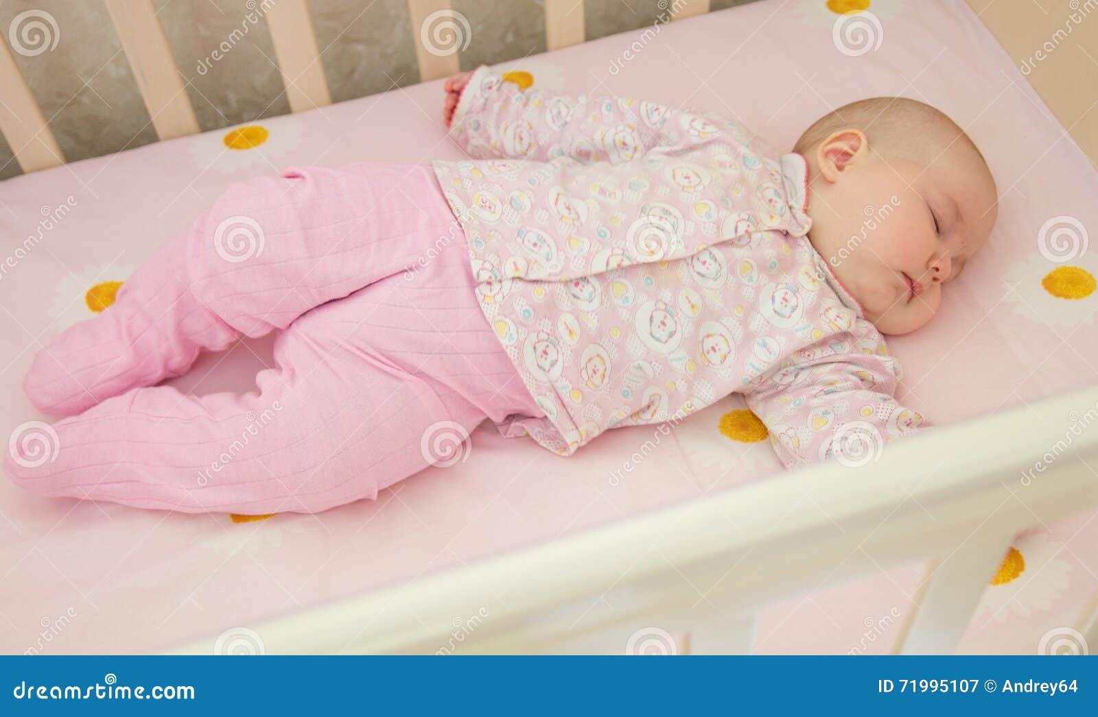 Bébé doux très gentil dormant dans la huche