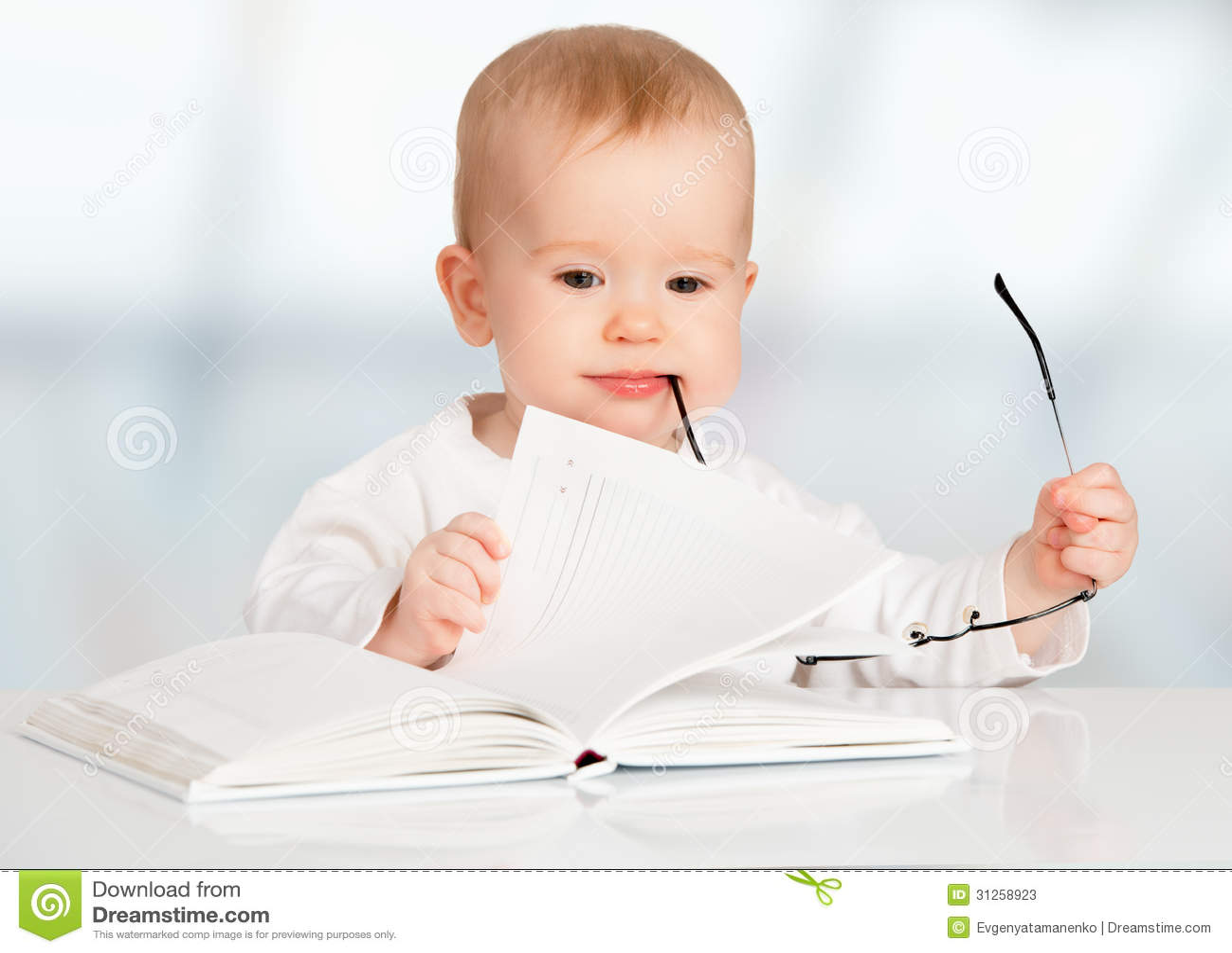 Bébé Drôle Lisant Un Livre